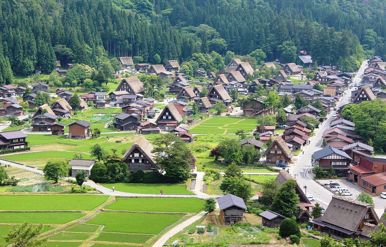 1280px Shirakawa go from Shiroyama - Поездка в Японию в момент цветения сакуры