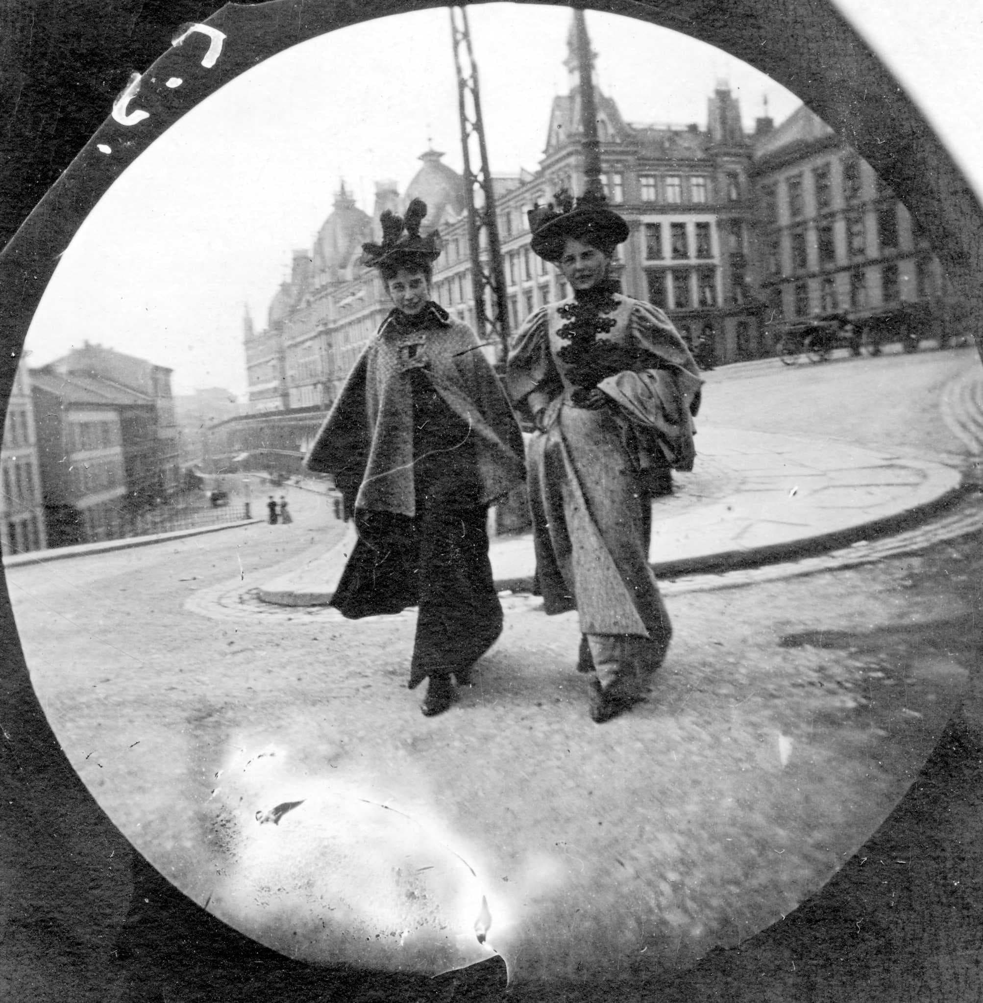 This 19-Year-Old Used a Spy Camera to Take Candid Photos on the Street in the 1890s