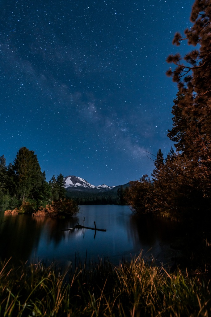 stars and milky way over manzanita lake picture id915723306
