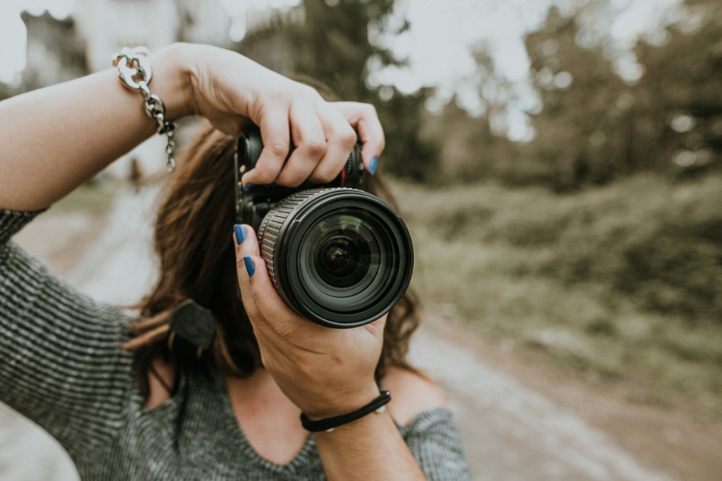 woman using dslr camera picture id869706568
