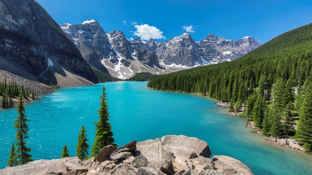 beautiful turquoise waters of the moraine lake picture id853883126 image