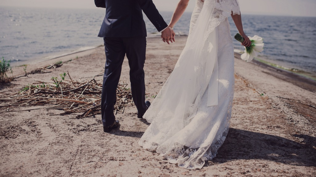 wedding walking at the sea picture id929178596 image