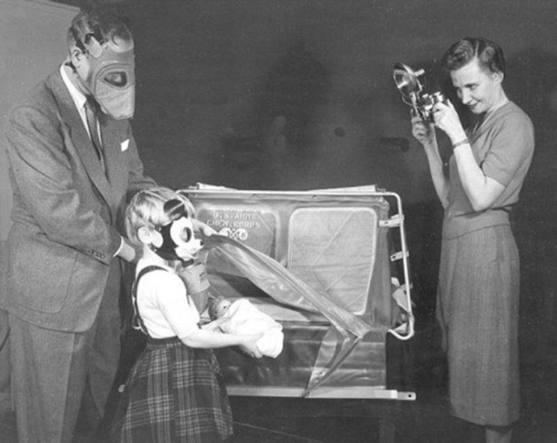 Bambina con maschera antigas Topolino