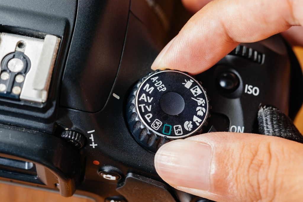av dial mode on dslr camera with fingers on the dial picture id696496260 image