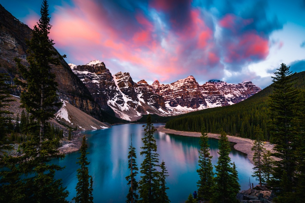 moraine lake in banff alberta canada picture id546424192 image