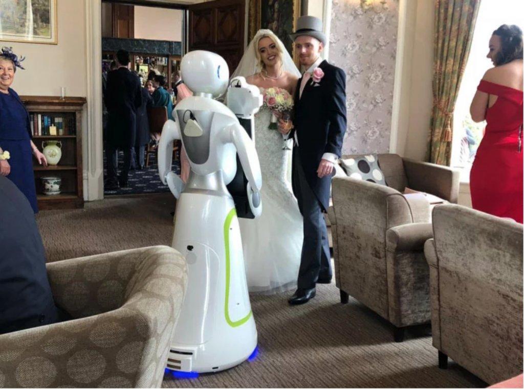 robot photographer image