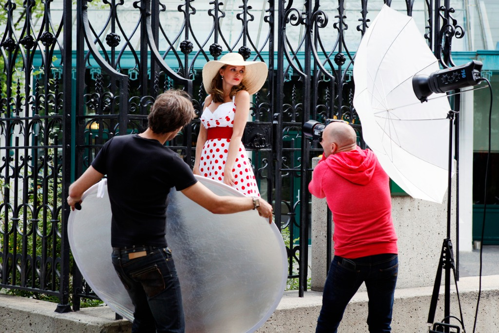 How to Use a Reflector for Portraits image